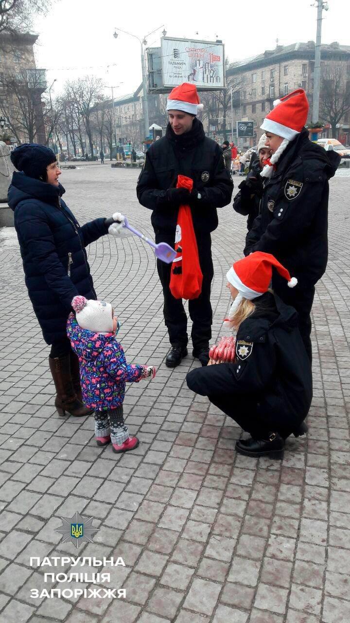 Запорожские патрульные оделись в Дедов Морозов и раздавали подарки, - ФОТО, фото-2