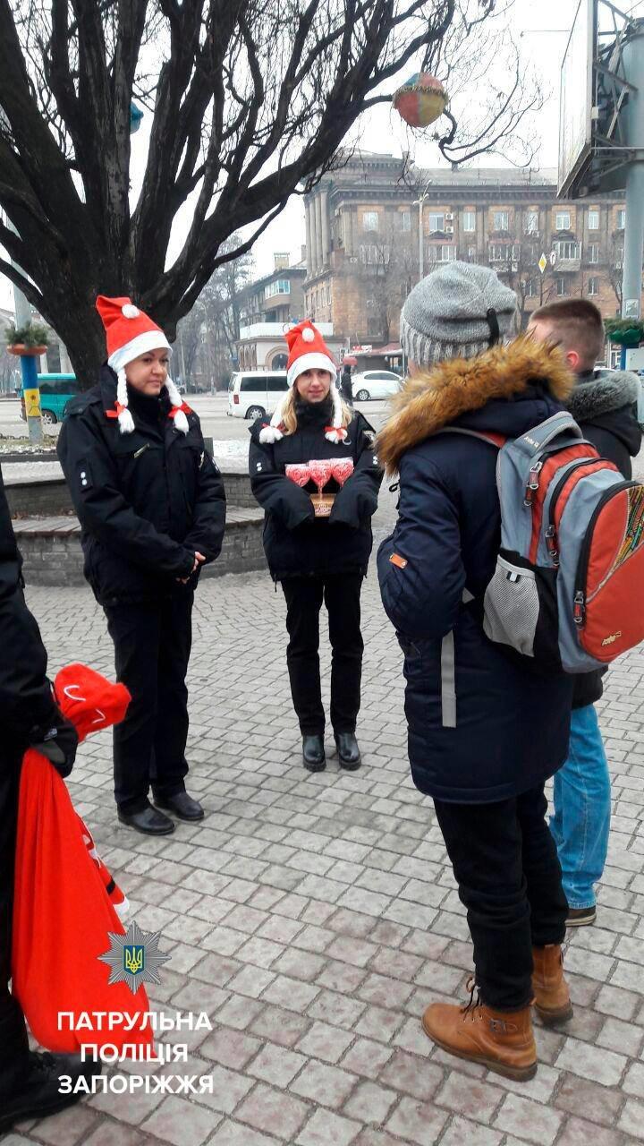 Запорожские патрульные оделись в Дедов Морозов и раздавали подарки, - ФОТО, фото-1