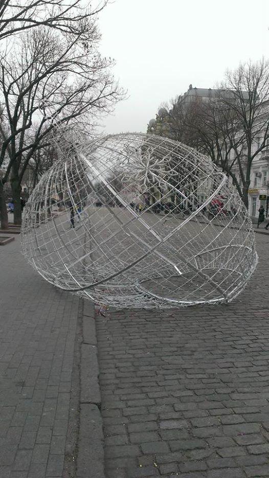 В новогоднюю ночь пьяные одесситы уничтожили шар на Дерибасовской (ФОТО), фото-1