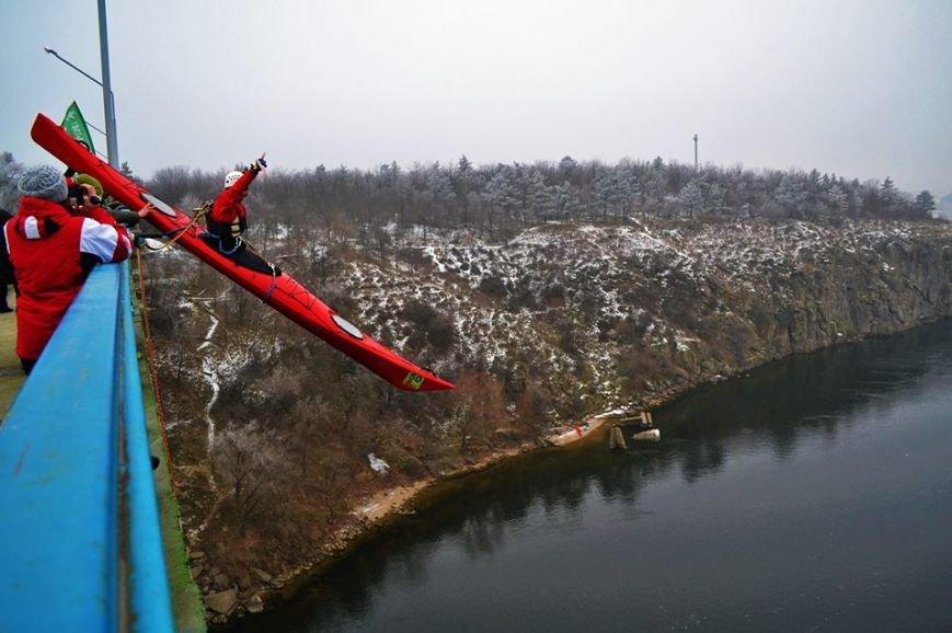 Запорожские экстремалы прыгали с моста в каяках, - ФОТО, фото-2