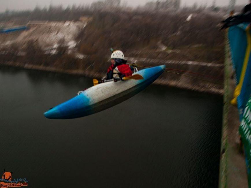 Запорожские экстремалы прыгали с моста в каяках, - ФОТО, фото-1