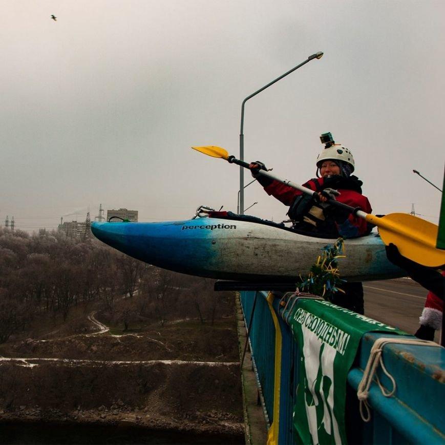 Запорожские экстремалы прыгали с моста в каяках, - ФОТО, фото-3