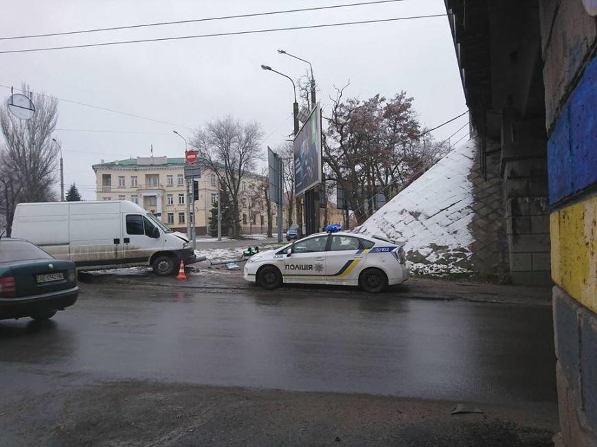 В Запорожье микроавтобус снес дорожный знак, - ФОТО, фото-1