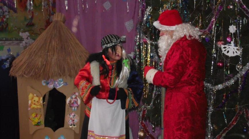 В селе Доброполье отпраздновали Новый год с подарками и театрализованным представлением, фото-1