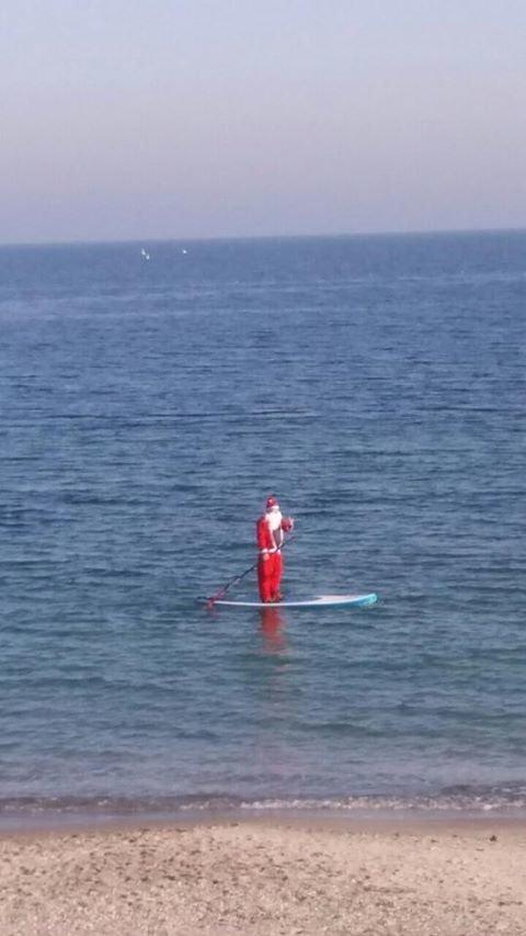 Одесситов на пляже шокировал плывущий на доске Санта Клаус (ФОТО, ОПРОС), фото-1