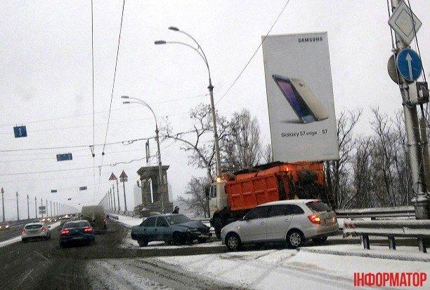 В Киеве снегоуборочный грузовик попал в ДТП (ФОТО), фото-1