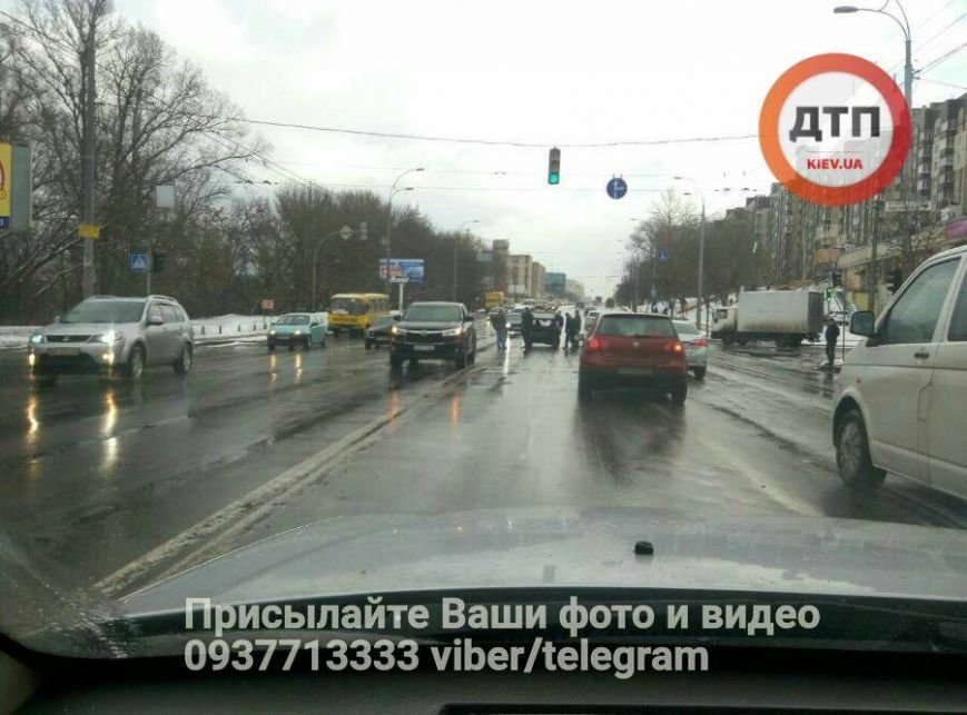 В Киеве водитель Jaguar протаранил и выбросил на встречку Таврию (ФОТО), фото-2