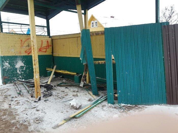 В Витебске мужчина врезался в автобусную остановку, а после абсолютно голый убегал от сотрудников ДПС (ВИДЕО), фото-1