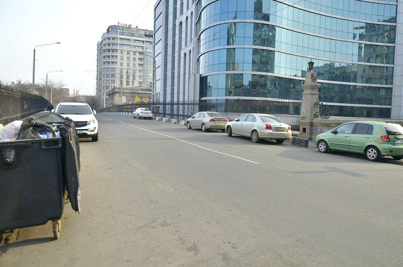 Одесские автохамы оставили автомобили на разрушающихся мостах (ФОТО), фото-1