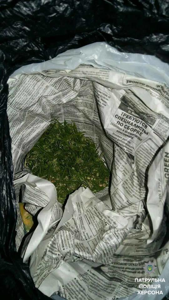 Херсонські патрульні виїхали на бійку, а знайшли наркотики (фото), фото-2