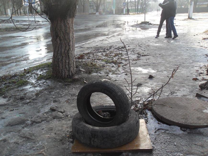 В Мариуполе в пос. Украина открыты люки на дорогах (ФОТО), фото-2
