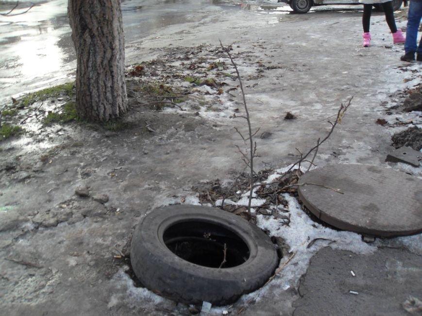 В Мариуполе в пос. Украина открыты люки на дорогах (ФОТО), фото-1