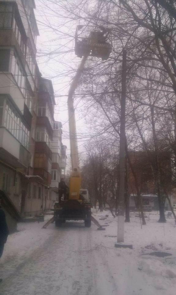 Свободівці Конотопа відновлюють освітлення прибудинкових територій в місті, фото-1