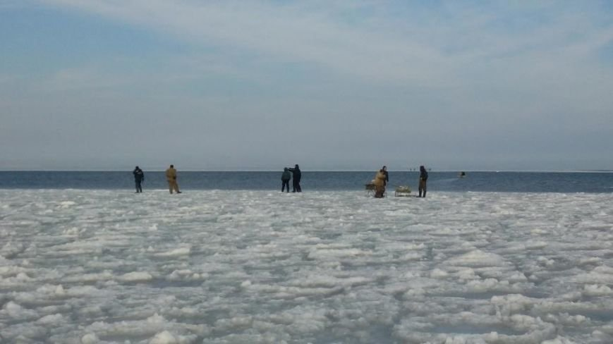 Под Запорожьем 12 рыбаков дрейфовали на льдине, - ФОТО, фото-1