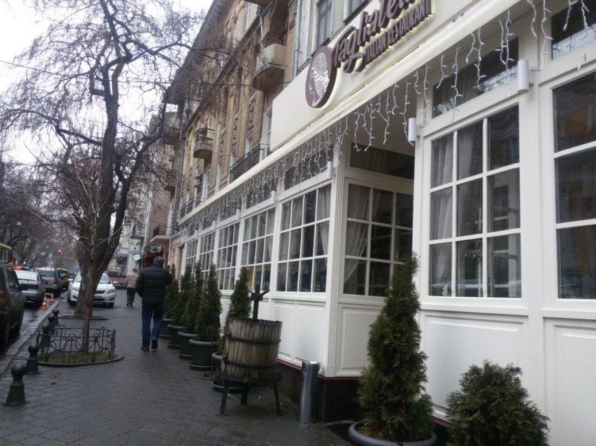 Ни пройти, ни проехать: одесский ресторан захватил тротуар среди зимы (ФОТО), фото-2