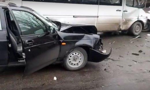 В Запорожье маршрутка попала в аварию, есть пострадавшие, - ФОТО, ВИДЕО, фото-1