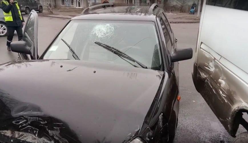 В Запорожье маршрутка попала в аварию, есть пострадавшие, - ФОТО, ВИДЕО, фото-2
