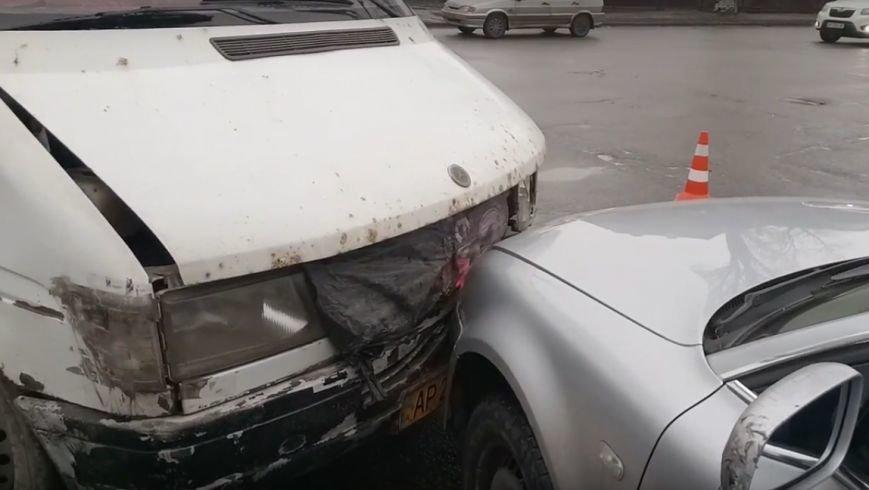 В Запорожье маршрутка попала в аварию, есть пострадавшие, - ФОТО, ВИДЕО, фото-3