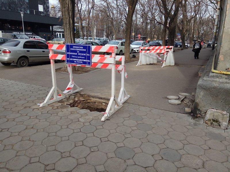 Коммунальщики нарыли ямы в центре Одессы: глядите в оба (ФОТО), фото-1