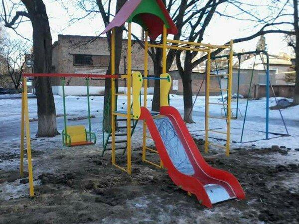 На прибудинкових територіях Конотопських багатоповерхівок з'являютья нові дитячі майданчики, фото-2