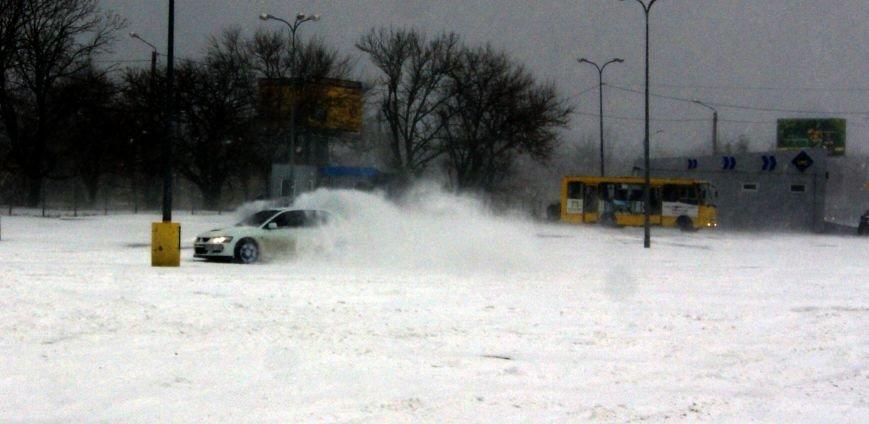Кому война... Беспечный одессит устроил снежный дрифт (ФОТО), фото-2