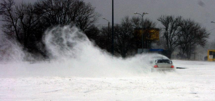 Кому война... Беспечный одессит устроил снежный дрифт (ФОТО), фото-14
