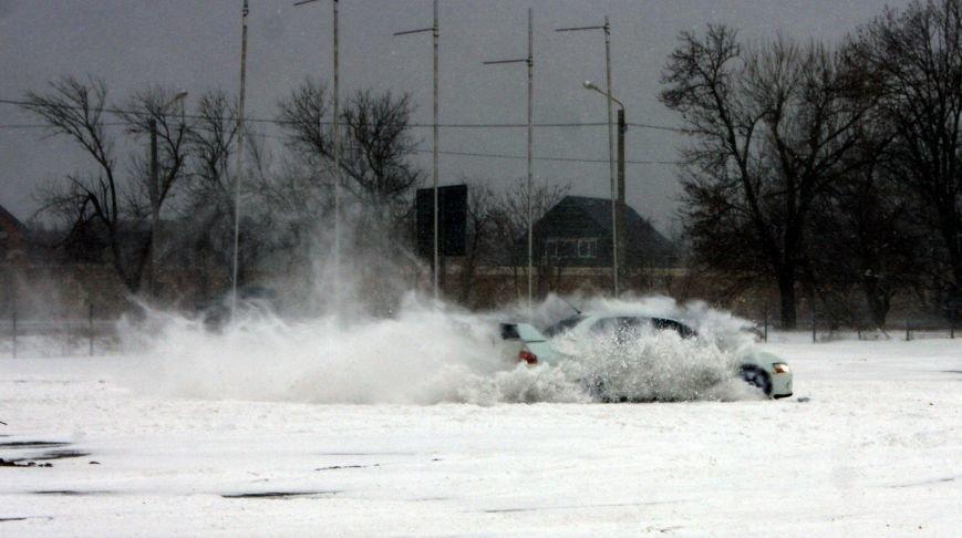 Кому война... Беспечный одессит устроил снежный дрифт (ФОТО), фото-12