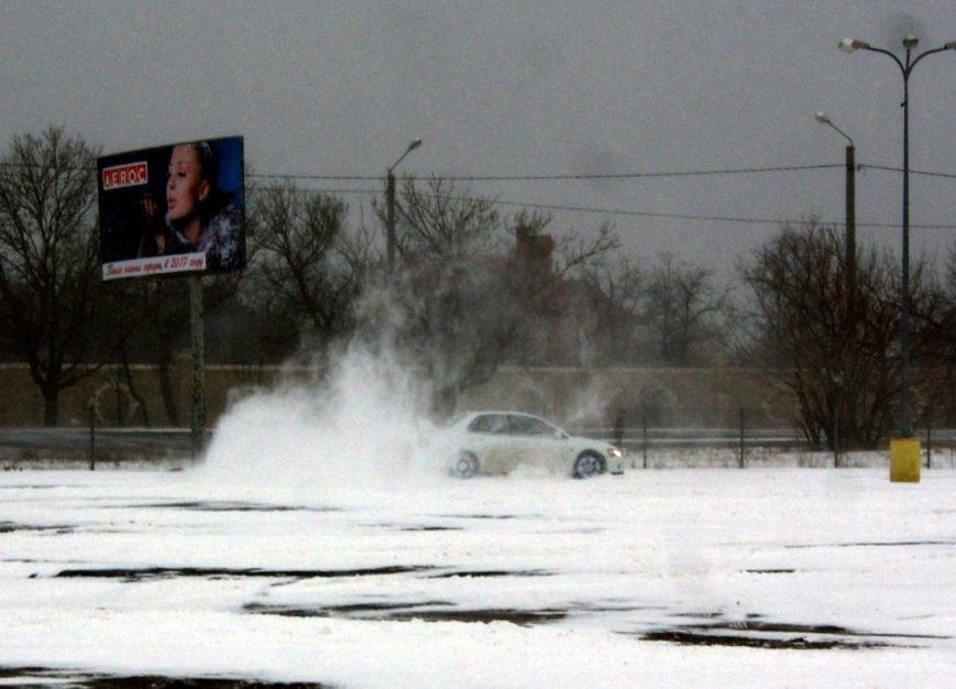 Кому война... Беспечный одессит устроил снежный дрифт (ФОТО), фото-8