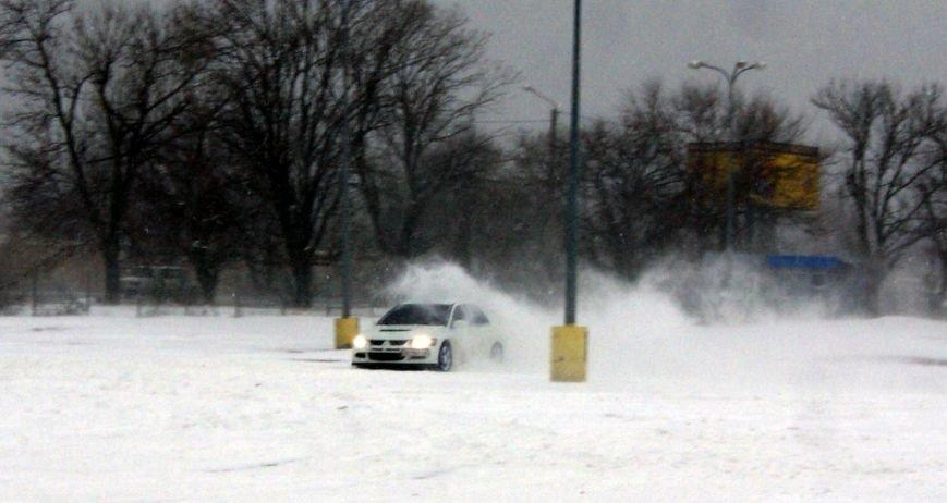 Кому война... Беспечный одессит устроил снежный дрифт (ФОТО), фото-3