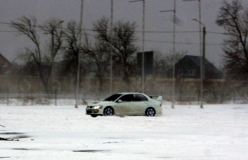 Кому война... Беспечный одессит устроил снежный дрифт (ФОТО), фото-15