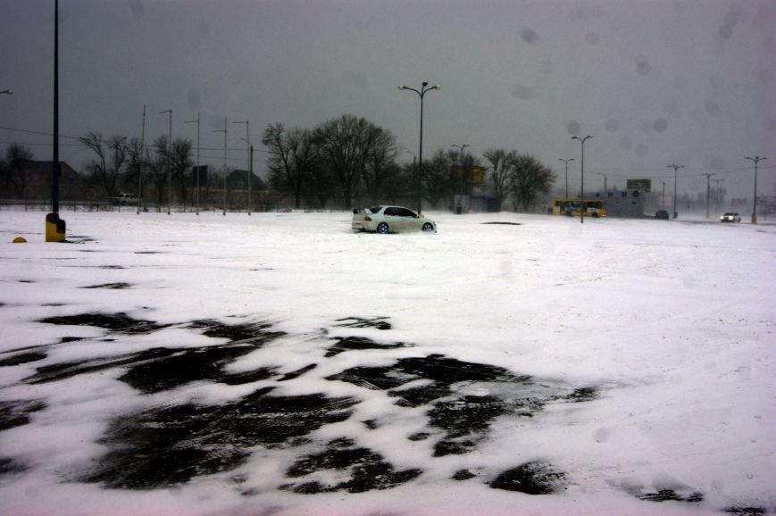 Кому война... Беспечный одессит устроил снежный дрифт (ФОТО), фото-1