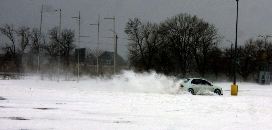 Кому война... Беспечный одессит устроил снежный дрифт (ФОТО), фото-4