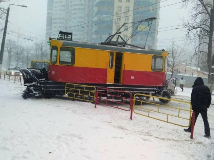 Трамвай-снегоочиститель сошел с рельсов в Аркадии (ВИДЕО), фото-1