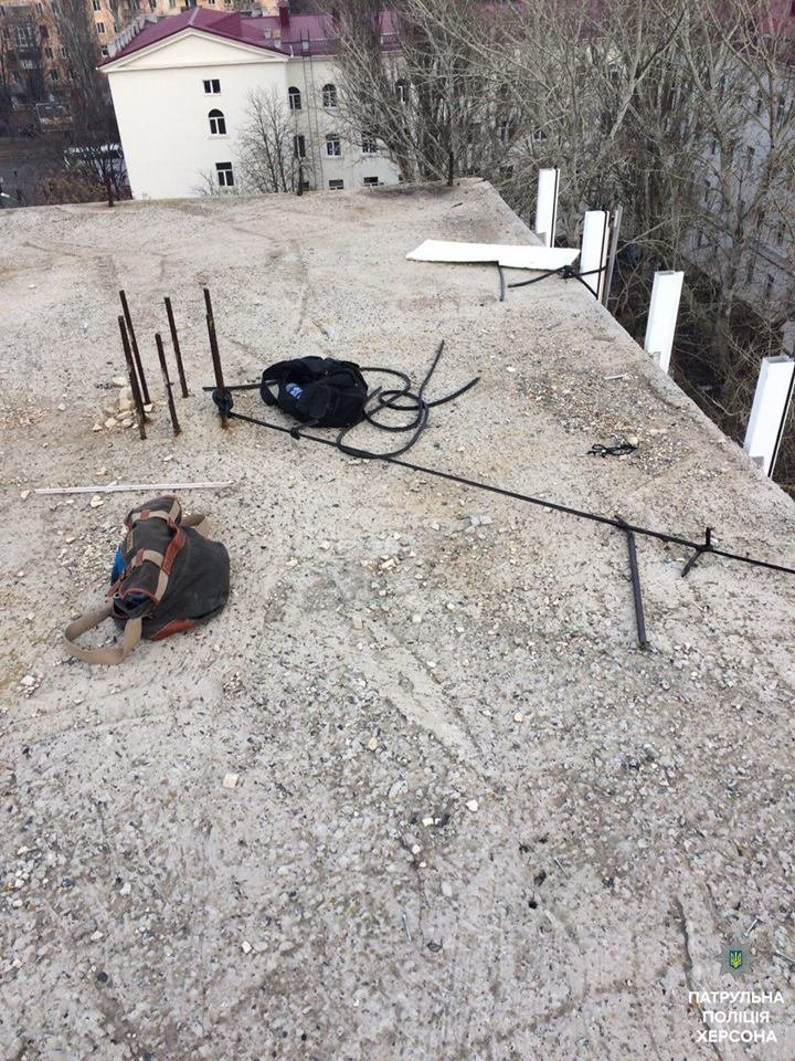 Херсонські патрульні затримали невідомого, який знімал металеві деталі в недобудові (фото), фото-1