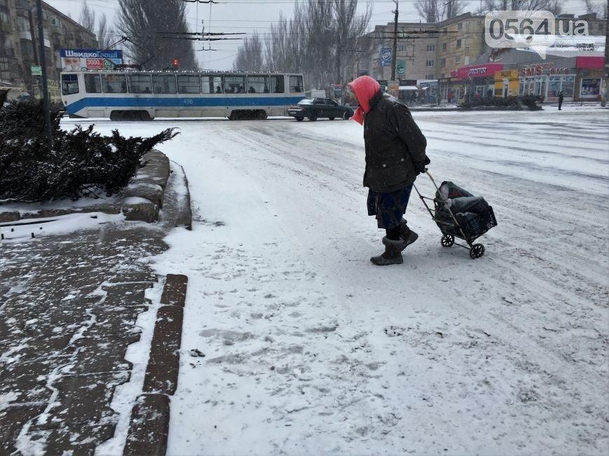 В Кривом Роге: начался снегопад, обнаружили труп женщины, спасли из горящей квартиры пенсионера, фото-2