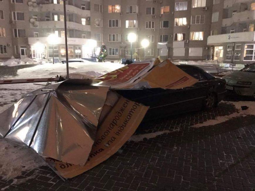 Жесть: Mercedes раздавила рекламная конструкция, фото-2