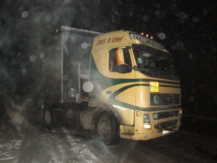 В Запорожской области 33 машины и 41 человек застряли на дорогах из-за снегопада, - ФОТО, фото-1