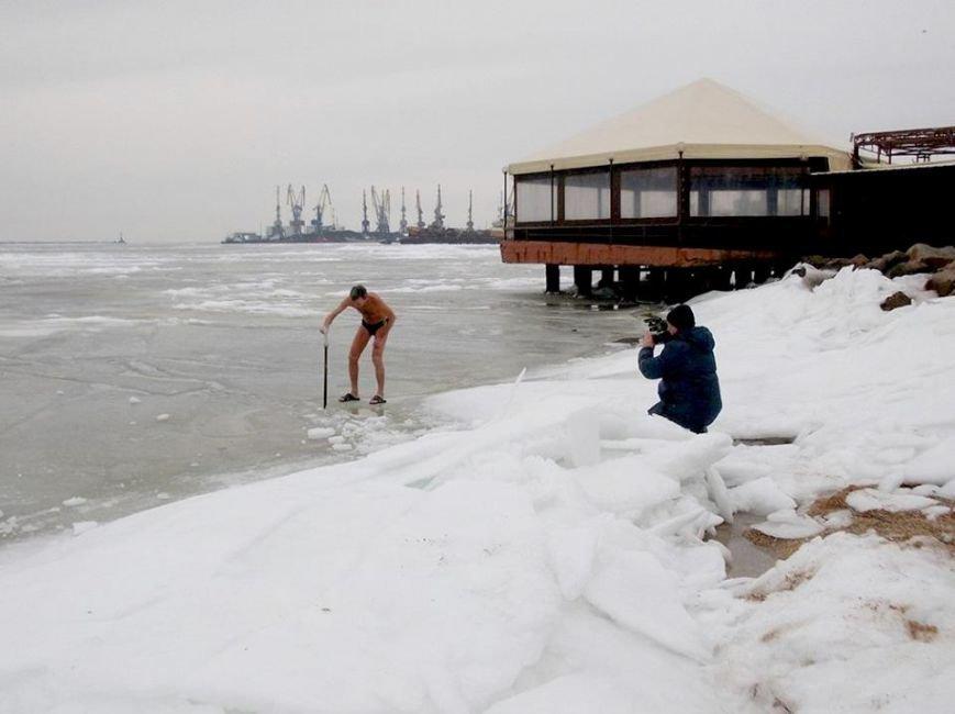 Экстремалы Бердянска провели Рождественский заплыв в Азовском море (ФОТО), фото-1