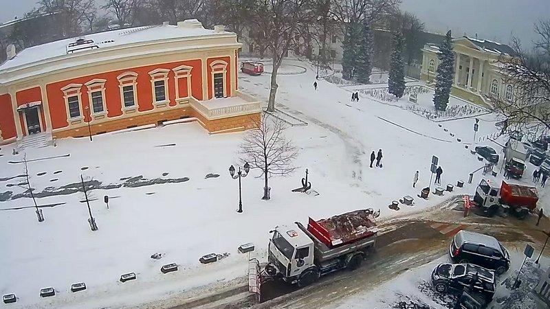 Снегоуборочный грузовик застрял возле одесской мэрии (ВИДЕО), фото-1