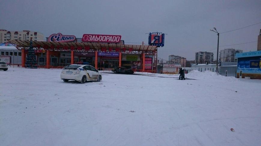 В Одессе на парковке у торгового центра сгорела машина, фото-1