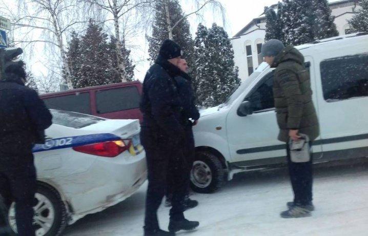 В Чернівцях водій легковика врізався у авто патрульної поліції, фото-1