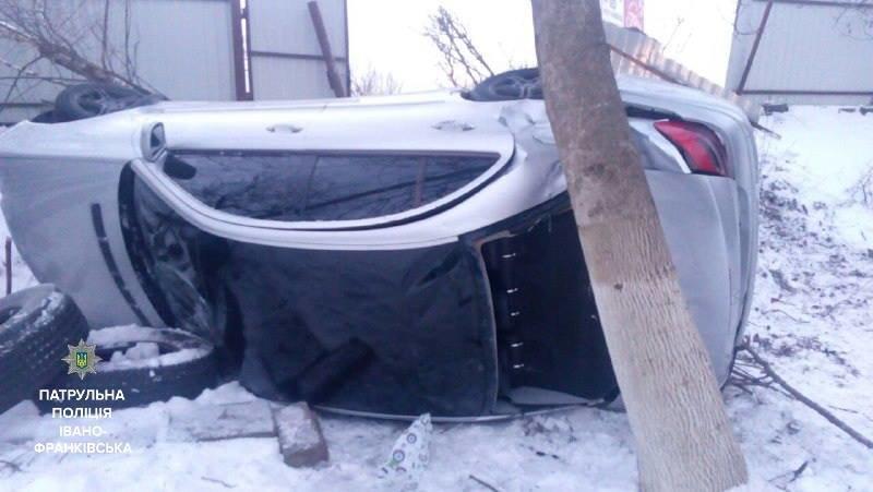 ДТП в Івано-Франківську: іномарка злетіла з дороги на приватне подвір'я (ФОТО), фото-3