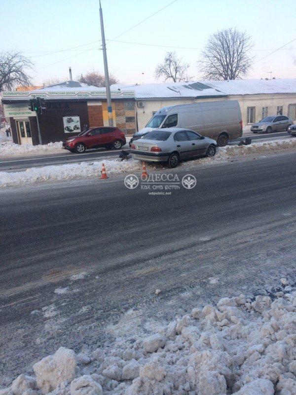 В Одессе «легковушка» влетела в светофор, фото-2