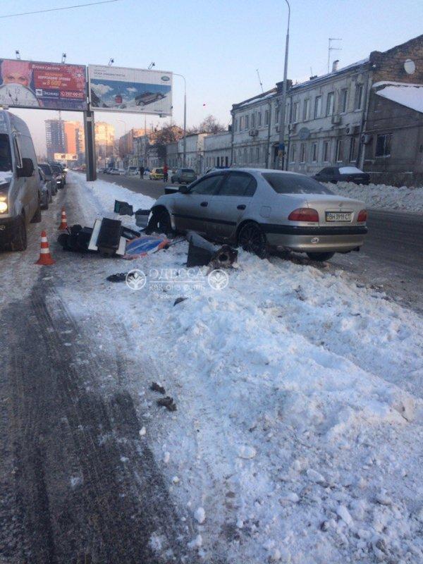 В Одессе «легковушка» влетела в светофор, фото-3