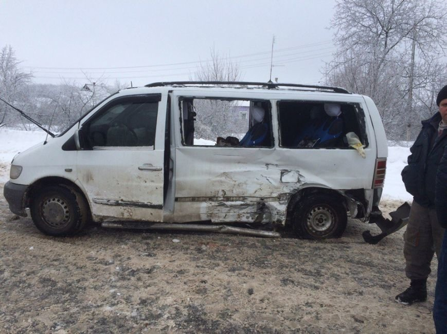 В Харьковской области столкнулись микроавтобус и внедорожник. Среди пострадавших есть дети (ФОТО), фото-1