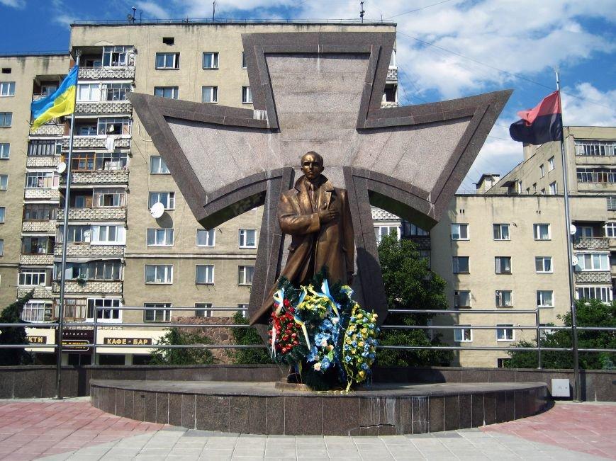 Пам'ятник_Степанові_Бандері_в_Івано-Франківську