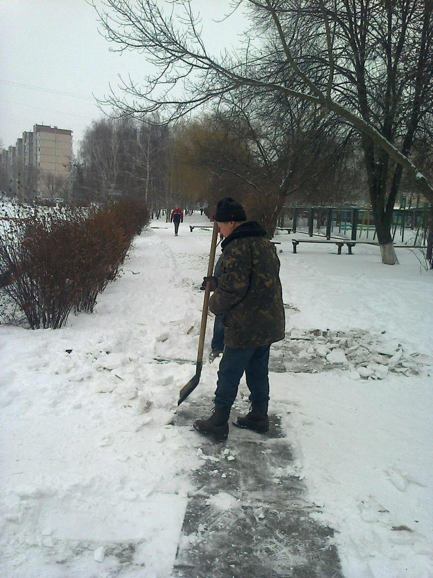 ФОТОФАКТ: Уборка улиц от снега в Вишневом, фото-1