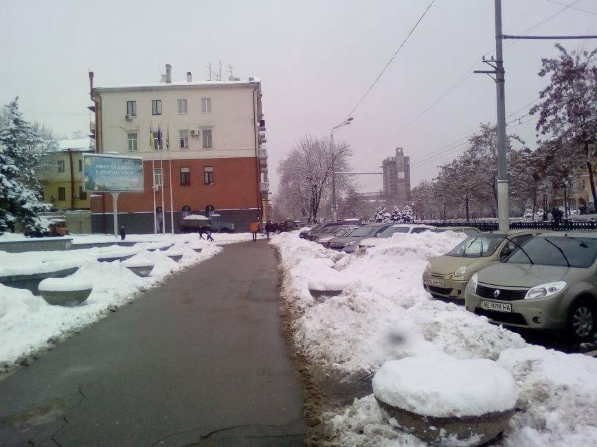 Как из-под здания горсовета Днепра грузовиками вывозят снег (ФОТОРЕПОРТАЖ, ВИДЕО), фото-2