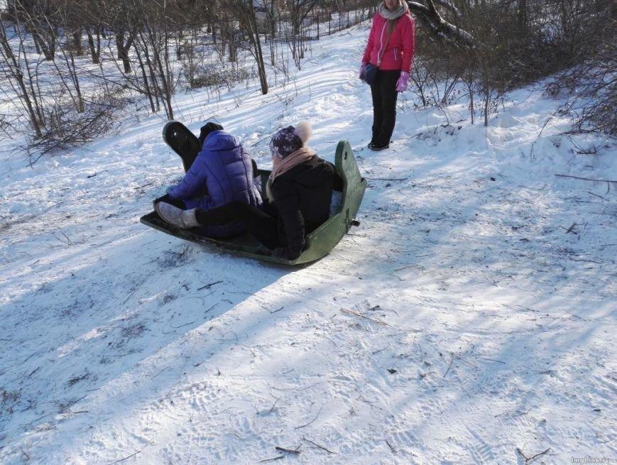 Две девушки в Одессе приспособили мусорный бак под санки (ФОТО, ВИДЕО, ОПРОС), фото-1