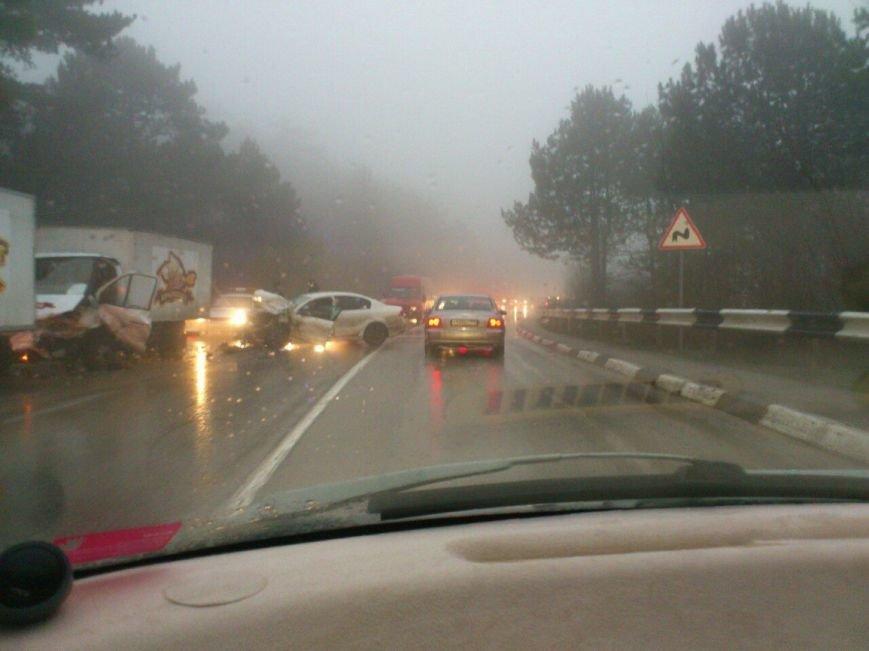 ФОТО: на въезде в Ялту в тумане столкнулись 2 автомобиля, фото-1
